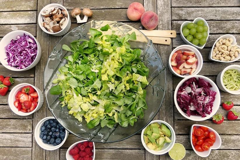 Zusammen gesund und nachhaltig kochen, aufgeschnittene Gemüsesorten liegen auf einem Tisch