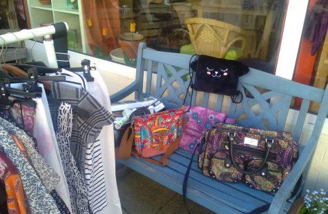 Taschen und Kleider vor dem Tauschladen