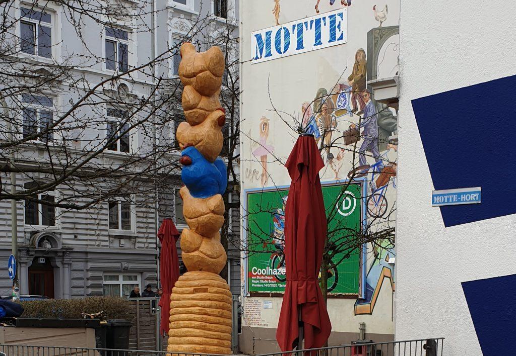Huhnskulptur am MOTTE Gebäude
